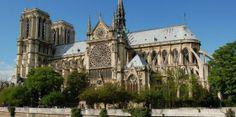 A párizsi Notre Dame a korai gótika jellegzetességeit mutatja; még román stílusjegyek is láthatók rajta, de az épületstruktúra már gótikus. A harangtornyok befejezetlenek.