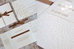Schlichte Pockets in Creme und Braun, jedoch sehr aufgewertet durch die Taschenprägung und die Satinbänder. #feenstaub #pocketeinladung #weddingstationery #hochzeitspapeterie #hochzeitseinladung #weddinginvitation