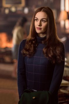 Sophie Skelton as Brianna copies mannerisms from Jamie and Claire. 30 Things You Didn't Know About 'Outlander' - HarpersBAZAAR.com