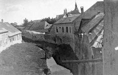 1910. Eger, Tűzoltó téri híd és az Eger-patak, távolban a Líceum.