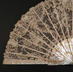 Abanico antiguo con encaje de Bruselas. 27,5 cm.