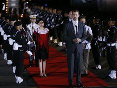 Una compañía militar rindió honores a Felipe VI, que también fue cumplimentado por una jarana, un grupo de baile y música que interpretó el son jarocho, un tipo de composición típico de Veracruz. (EFE)