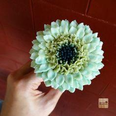 Gerbera .... Butter cream flower art. Online class For info/ jivi5096@hotmail.com #butter #butterblossom #butterblossoms #onlineclass #flowers #flowercake #flowercakeclass #pipingclass #cake #cakes #cakeinspiration #cakeflowers #bakery #white #whiteflower #wreath #wreathcake #formom #mother #motherday #forbosswomen #forgirl #happybirthday #nature #love #thailand #bangkok #wreath #wreathcake #howtoperfect