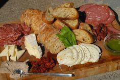 Salaminho, parmesão, queijo brie, patê, pão italiano, tomate seco, mussarela de búfala, bruscheta dealho, linguicinha peperoni e molho de ervas.