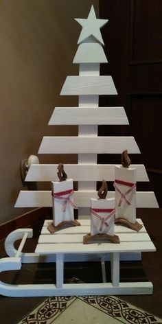 Amazing new inexpensive christmas decorations rustic pallet trees 48 – fugar Pallet Tree, Pallet Christmas Tree, Christmas Wood Crafts, Diy Christmas Decorations Easy, Diy Christmas Ornaments, Homemade Christmas, Rustic Christmas, Christmas Projects, Diy Pallet