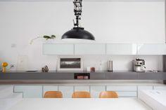 Estreita, mas muito iluminada. Veja mais: https://casadevalentina.com.br/projetos/detalhes/estreita,-mas-muito-iluminada-483 #decor #decoracao #interior #design #casa #home #house #idea #ideia #detalhes #details #cozy #light #ilumicacao #aconchego #casadevalentina #kitchen #cozinha