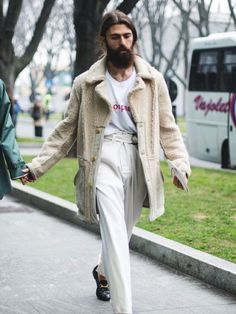 The best looks from Milan Fashion Week below, including teddy-bear coats, oversized jackets, and many silk scarves. Best Mens Fashion, Look Fashion, Winter Fashion, Street Fashion, Look Man, Milan Fashion Weeks, Mode Style, Stylish Men, Stylish Outfits