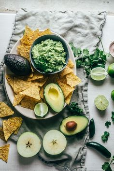 Five ingredient guacamole with a green apple twist. Perfect for parties! Paleo, vegan and fr Healthy Appetizers, Appetizer Recipes, Healthy Snacks, Vegan Snacks, Vegan Desserts, Dinner Recipes, Healthy Eating, Paleo Recipes, Whole Food Recipes