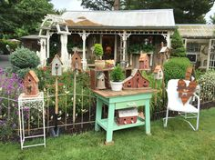 Super Cute Birdhouses. Love the Rustic Table