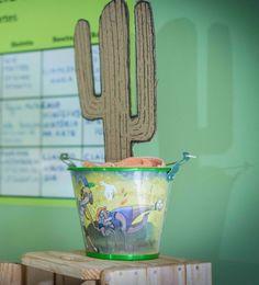 Balde em alumínio ilustrado 100% reciclado e com cactus feito com caixa de papelão de supermercado.