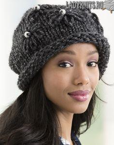 Вязаная спицами простая женская шапка из толстой пряжи