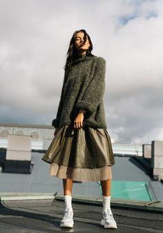 kolleksjonsbilde av modell i strikkegenseren Leah fra Skappel String Bag, Market Bag, Knitted Bags, Knit Crochet, Normcore, Knitting, Diys, Blog, Fashion