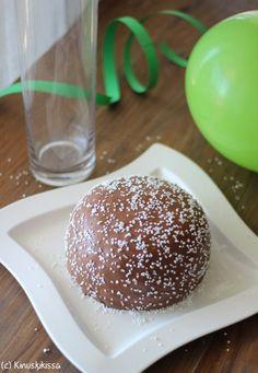 Vinkit: Sekä kakun täyttäminen että kuorrutteen valmistaminen on suositeltavaa tehdä kuorruttamista edeltävänä päivänä (tai saman päivän aamuna, jolloin kuorruttaminen illalla). Kakku säilyy kuorrutettuna jääkaapissa hyvänä seuraavaankin päivään. Kakun voi siis tehdä jääkaappiin valmiiksi jo tarjoilua edeltävänä päivänä. Suklaakuorrutteen voi tehdä myös valkoisesta tai tummasta suklaasta. Tumma suklaa kovettuu hieman jäykemmäksi, joten se kannattaa ottaa huoneenlämpöön […]