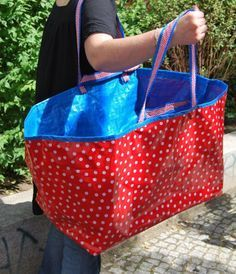 Kurs: Nähe deiner Ikea-Tasche ein neues Kleid- Kurs: Nähe deiner Ikea-Tasche ein neues Kleid Ikea Bag cover the outside in pretty fabric, I use these as laundry baskets, having it pretty would be nice - Sacs Tote Bags, Robe Diy, Diy Sac, Sewing Projects For Beginners, Womens Purses, Diy Dress, Knitted Bags, Handmade Bags, Sewing Hacks
