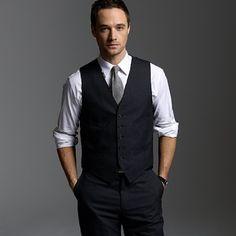 Jacket-less suit idea. Black suit, white top, red tie