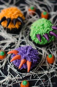Make your Halloween Party special with these cute & spooky Halloween cupcakes. From Monster to Vampire Cupcakes, here are Easy Halloween Cupcakes for Kids. Halloween Desserts, Buffet Halloween, Comida De Halloween Ideas, Halloween Party Snacks, Postres Halloween, Halloween Cupcakes Easy, Halloween Goodies, Halloween Cupcakes Decoration, Halloween Cupcake Toppers