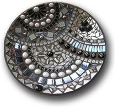 mozaiek schaal - Google zoeken Mosaic Flower Pots, Mosaic Pots, Mosaic Tiles, Mosaic Tray, Mirror Mosaic, Mosaic Crafts, Mosaic Projects, Mosaic Designs, Mosaic Patterns