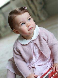 Princesa Charlotte foi fotografada pela mãe em abril na casa da família em Norfolk (Foto: Reprodução/ Twitter Kensington Palace)