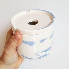 Cendrier terre mélangée bleue #pottery #poterie #faience #ceramics #ceramic #ceramicart #pottering #ceramicreview #handmade #art #design #clay #jessicagiraudi #productdesign #artisan #instapottery #instapotter #tournage #lagarennecolombes #marble #cendrier #bluemarble #faitmain #terremelangee  #blue #nerikomi #ashtray #neriage #cigarette #marbleclay