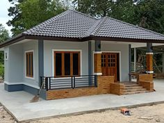 บ้านชั้นเดียวหลังคาทรงปั้นหยา ขนาด 2 ห้องนอน งบก่อสร้าง 795,000 บาท | ดูไอเดียบ้าน Modern Bungalow House Design, Small House Exteriors, Small House Design, Model House Plan, My House Plans, Small House Plans, One Storey House, Affordable House Plans, Br House