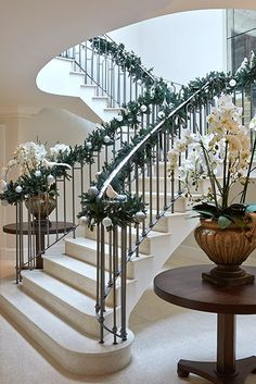 Sophie Paterson Interiors - Home Decor Foyer Staircase, Staircase Makeover, Iron Staircase, Staircases, Railing Design, Staircase Design, Interior Stairs, Home Interior Design, Round Foyer Table