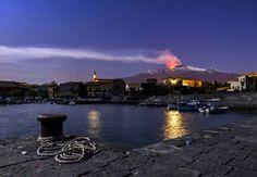 L'Etna fait de l'ombre à la lune, à Pozzillo, en Sicile, le 11 avril au soir.