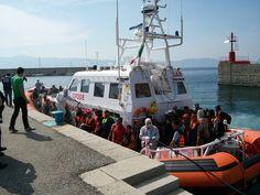 Fermati scafisti della barca soccorsa ieri al largo della Calabria - #cronaca #fermatiscafisti #calabria