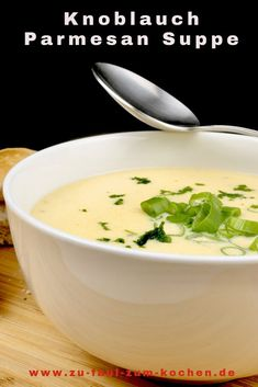 Garlic Parmesan Soup - Too Lazy to Cook? The delicious garlic parmesan soup is a simple soul warmer that you can easily prepare. Parmesan Soup, Garlic Parmesan, Cauliflower Soup Recipes, Chicken Recipes, Easy Healthy Recipes, Quick Easy Meals, Soup Appetizers, Baked Garlic, Orange Recipes