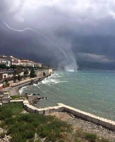 Water spout in Diamanté Italy via Meteo Europe. Wild Weather, Weather And Climate, Great Pictures, Nature Pictures, Costa, Italy Tourism, Skier, Stormy Night, Sky Photos