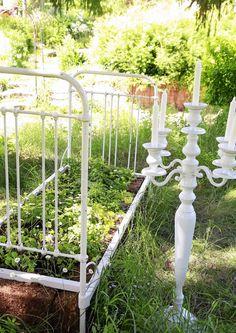 Maalaistalon umpeen kasvaneen pihan tunnelma sytytti Eijassa halun herättää puutarha uuteen elämään. Sitä hän ei arvannut, että puutarha myöhemmin auttaisi surutyön tekemisessä.