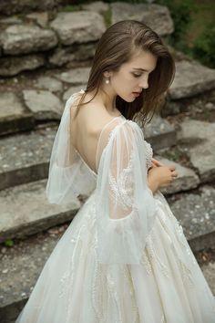 La Fiancée 2019 - Vestidos para noivas leves e românticas Modest Wedding Dresses, Bridal Dresses, Wedding Gowns, Flower Girl Dresses, Prom Dresses, Formal Dresses, Pretty Dresses, Beautiful Dresses, Mode Inspiration