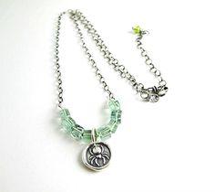 Desert Sage, Beth Hemmila (Hint Jewelry): fluorite and peridot necklace colar com cubos de fluorite e medalhão de prata