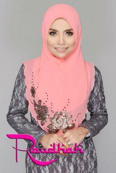 #raudhah shawl Muslim Fashion, Modest Fashion, Hijab Fashion, Fashion Dresses, Tudung Shawl, Day Dresses, Nice Dresses, Hijab Collection, Mode Hijab