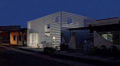 A escolha do material para a fachada devolveu à moradora uma sensação de liberdade e criou um efeito de luz e sombra  #cobogo #arquitetura #luz