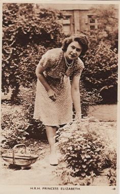 Princess Elizabeth in a garden Elizabeth Philip, Princess Elizabeth, Queen Elizabeth Ii, English Royal Family, British Royal Families, Hm The Queen, Her Majesty The Queen, Royal Lodge Windsor, Beagle Pictures
