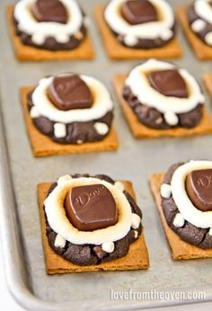 These delicious smores cookies have rich chocolate cookies baked right into the smore! Such a fun, yet easy, way to shake up your s'mores. Köstliche Desserts, Delicious Desserts, Dessert Recipes, Yummy Food, Sweet Desserts, Smores Cookies, Chocolate Cookies, Making Chocolate, Baking Recipes