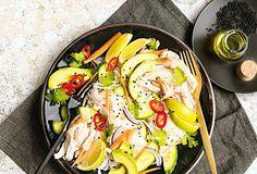 V tomto pikantním salátu z rýžových nudlí můžete využít zbytky pečeného kuřete, přidat avokádo a zalít jej zálivkou z limetky, sojové omáčky a zázvoru. #recept #salat #ryzovenudle #kure #avokado #recipe #salad  #ricenoodles #avocado #chicken Ratatouille, Ethnic Recipes, Food, Essen, Meals, Yemek, Eten