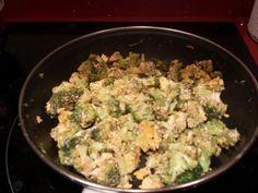 Revuelto de brocoli con tomate ecológico, albahaca y huevos de gallina de corral