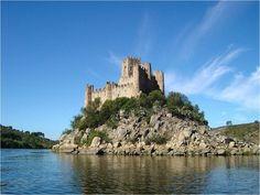 Castelo de Almourol, no Ribatejo, localiza-se na Freguesia de Praia do Ribatejo, Concelho de Vila Nova da Barquinha, Distrito de Santarém,