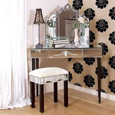 The perfect make-up table à la venezia   http://www.purevelvet.at/möbel/spiegel/venezianischer-schminkspiegel/