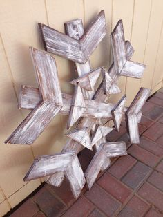scrap wood snowflake - could be lit by drilling holes for each bulb or by a spot light.next years project. Pallet Christmas, Rustic Christmas, Christmas Projects, Holiday Crafts, Christmas Crafts, Xmas, Christmas Ideas, Christmas Wreaths, Holiday Decor