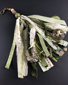 Diy Tassel, Tassels, Fabric Art, Fabric Material, Wholesale Fabric Suppliers, Scrapbooking, Tassel Keychain, Vintage Crafts, Ribbon Crafts