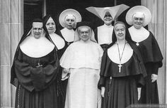Roman Catholic Nuns in traditional habits Catholic Prayer For Healing, Catholic Prayers, Daughters Of Charity, Nuns Habits, Corporate Women, Sisters Of Mercy, Religion Catolica, Bride Of Christ, Old Images