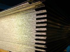 Lámina lisa galvanizada  Lámina galvanizada 99.5% de Zinc mediante el proceso de inmersión en  caliente en línea continua bajo la norma ASTM A653, en Grado 33, 37, 50 y  80 ksi y capas desde G-40 a G-90. Resistente a ambientes alcalinos.  Medidas  se comercializa en dos anchos 3 y 4 pies y en dos largos 8 y 10 pies en cualquiera de sus combinaciones  Calibres  De calibre 10 a 16 y 32 solicitud especial de calibre 18 a 30 desde una pieza.