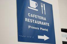 Placa de señalización accesible con texto en Braille y pictogramas en alto relieve - Promálaga I+D