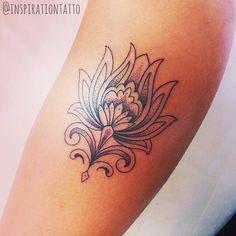 """FLOR DE LOTUS - """"No simbolismo budista, a flor de lótus significa a pureza do corpo e da mente. A água lodosa que acolhe a planta é associada aos desejos carnais, e a flor imaculada que desabrocha sobre a água em busca de luz é a promessa de pureza e elevação espiritual."""" #inspirationtatto  #significadosinspirations Tatuagem da seguidora do IG, Yohana Ramos"""