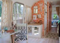 En collaboration avec Anthropologie , Sarah Schneider  a rénové une magnifique caravane rétro qui nous rappelle déjà les vacances...   ...