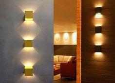 exemplos de salas decoradas com luminária na parede em disposição vertical