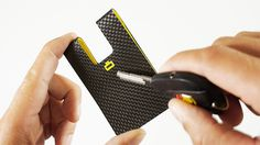 3C : CARBON CARD CLIP /  SCRATCHPROOF MATERIAL / Made using pure carbon fiber and with a special production secret, the 3C is completely scratchproof. It will last you a lifetime !