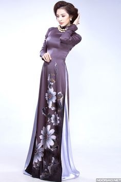 cách chọn áo dài cho mẹ cô dâu Vietnamese Clothing, Vietnamese Dress, Fashion Poses, Female Poses, Ao Dai, Asian Style, Silk Satin, Asian Woman, Designer Dresses